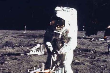 astronavtis-tis-nasa-pou-patise-to-podi-tou-sti-selini-paradexeteai-oti-o-obama-tha-mporouse-na-einai-exogiinos