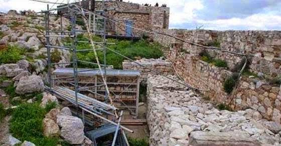 gkremizetai-i-akropoli-katarreoun-ta-teixi