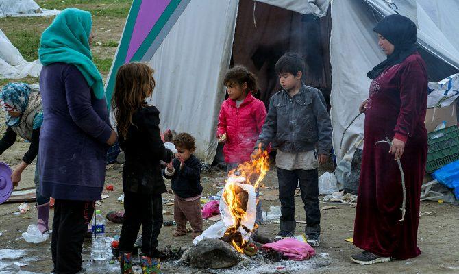 Χιλιάδες πρόσφυγες και μετανάστες παραμένουν εγκλωβισμένοι στα σύνορα της Ελλάδας με την ΠΓΔΜ στον καταυλισμό της Ειδομένης, Τετάρτη 23 Μαρτίου 2016. Ο υπουργός Υγείας Ανδρέας Ξανθός επισκέφτηκε τον καταυλισμό προσφύγων στην Ειδομένη και ενημερώθηκε για τα προβλήματα. ΑΠΕ-ΜΠΕ/ΑΠΕ-ΜΠΕ/ΝΙΚΟΣ ΑΡΒΑΝΙΤΙΔΗΣ