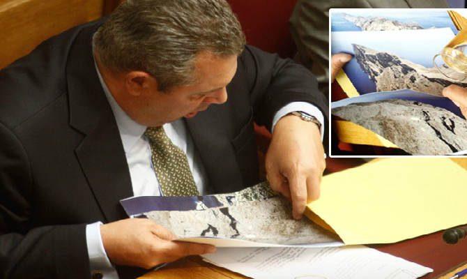 Γιατί κοιτούσε φάκελο με βραχονησίδες ο Καμμένος στα έδρανα της Βουλής;