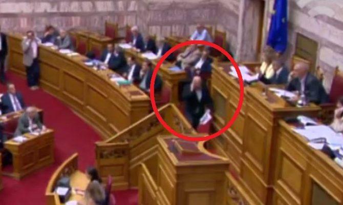 ΑΠΙΣΤΕΥΤΟ – ΕΓΙΝΕ ΚΙ ΑΥΤΟ ΣΤΗΝ ΟΛΟΜΕΛΕΙΑ! Βουλευτής μιλούσε στο κινητό του από το βήμα της Βουλής (ΒΙΝΤΕΟ)