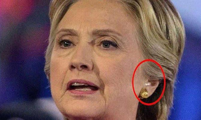Κάτι τρέχει με τη Χίλαρι: Μετά την κρίση βήχα… φοράει και ακουστικό αυτιού