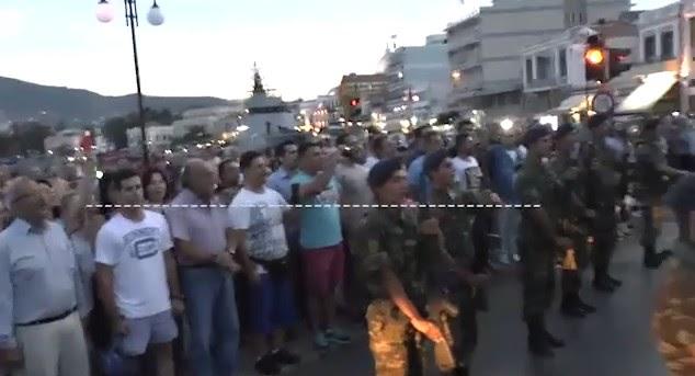 Συγκλονιστικό! 1000 κάτοικοι της Λέσβου τραγουδάνε τον Εθνικό ύμνο.. Αναρχικοί προσπάθησαν να σταματήσουν την υποστολή σημαίας