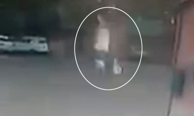 Απίστευτο βίντεο: Κεραυνός χτυπάει γυναίκα που περπατάει με ομπρέλα στη βροχή