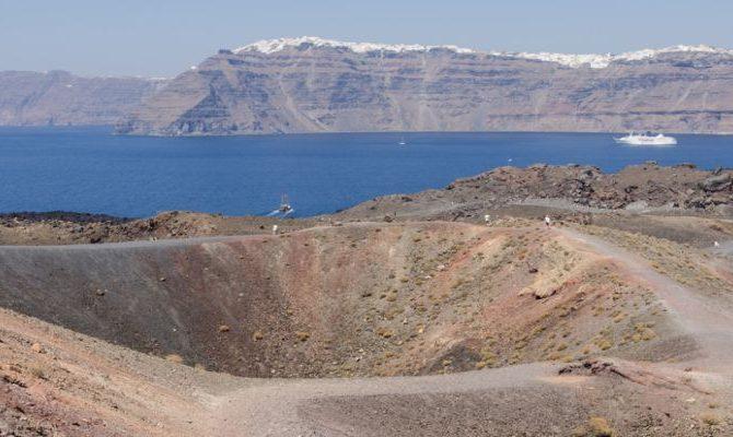ΕΝΤΟΝΗ ΑΝΗΣΥΧΙΑ ΣΤΗ ΣΑΝΤΟΡΙΝΗ: Το πιο ενεργό ηφαίστειο της Ευρώπης σε απόσταση μόλις 7 χλμ από το νησί