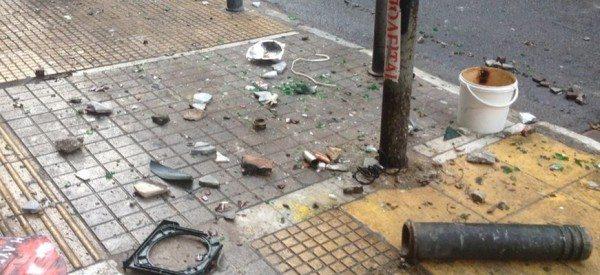 Η επόμενη μέρα στα Εξάρχεια: Καμμένα αυτοκίνητα και σπασμένα πεζοδρόμια (εικόνες)