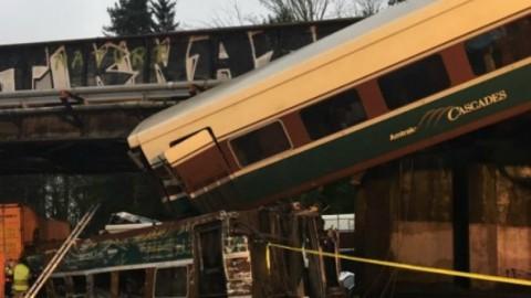Tρένο εκτροχιάστηκε από γέφυρα στην Ουάσινγκτον!