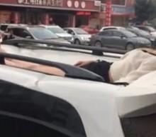 Έπεσε από τον 10ο όροφο ξενοδοχείου και σώθηκε γιατί «προσγειώθηκε» σε αυτοκίνητο